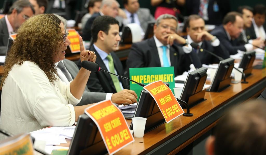 Em debate de 13 horas, 39 deputados defenderam o impeachment e 21 foram contra