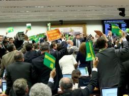 Comissão aprova parecer a favor do impeachment de Dilma