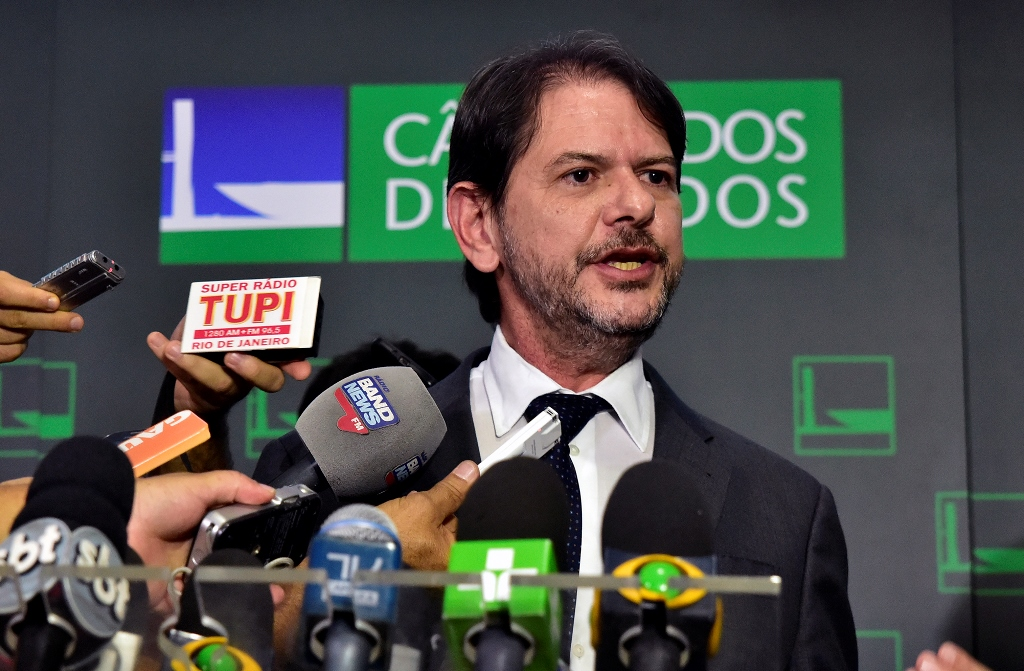 Cid Gomes protocola pedido de impeachment de Michel Temer