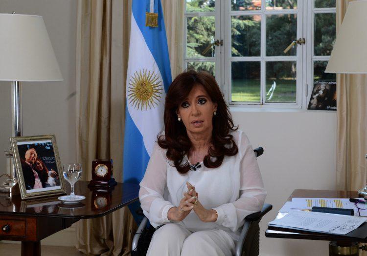 Cristina Kirchner depõe em investigação por fraude