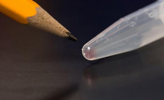 Cientistas desenvolveram uma técnica que armazena imagens digitais dentro da mancha cor de rosa no DNA que se situa na extremidade de um tubo de ensaio.