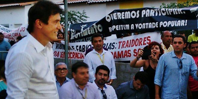 """Robinson Faria é chamado de """"golpista"""" e """"traidor"""" durante inauguração de obra em Assú"""