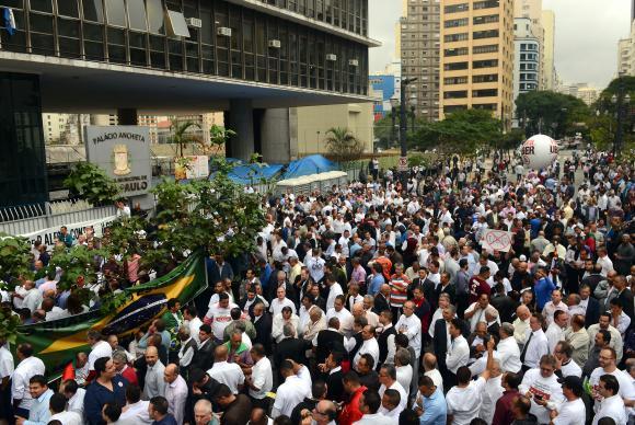 Taxistas protestam contra regulamentação do Uber em São Paulo