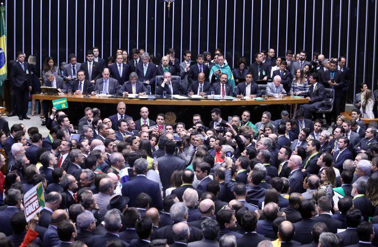 Câmara aprova abertura de impeachment de Dilma