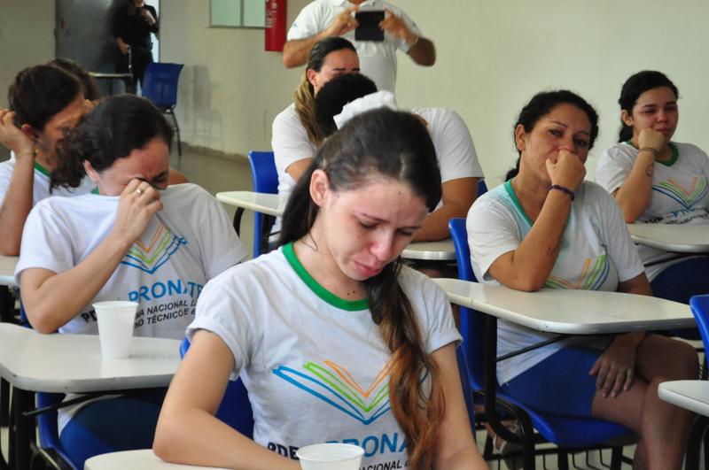 Detentas se emocionam durante encerramento de curso no Centro de Detenção Provisória Feminino de Parnamirim (Foto: Cecília Oliveira)