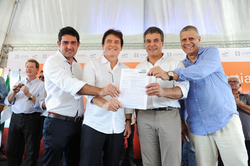 Robinson Faria ao lado do governador do Paraná, Beto Richa, e de membros da direção da Copel (Foto: Daniela Catisti)