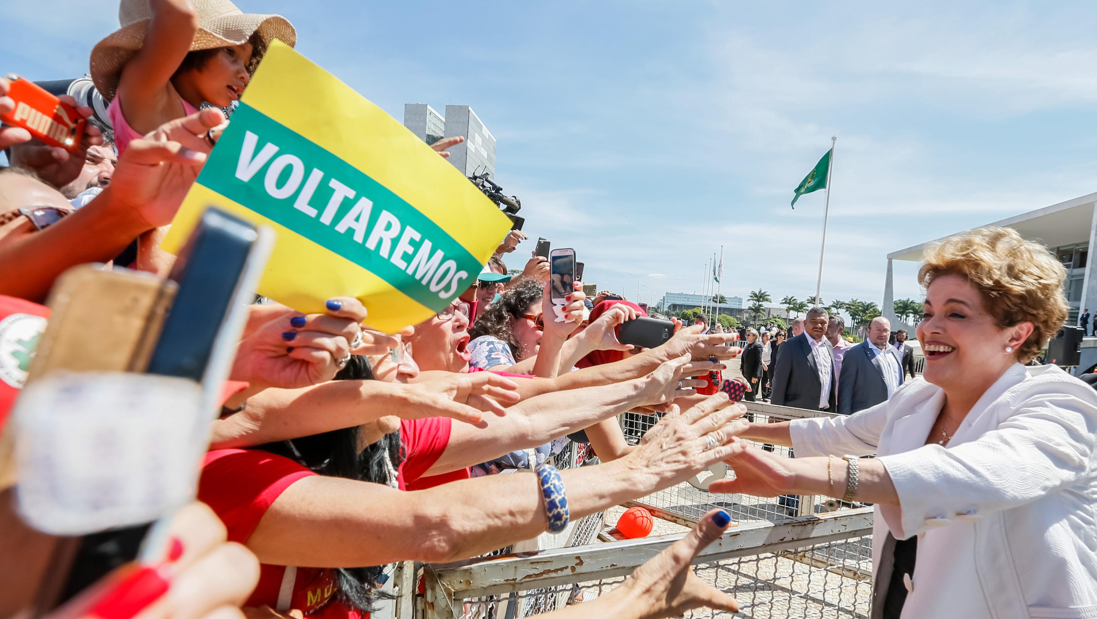 Dilma se emociona, ataca PMDB e diz ser vítima de golpe