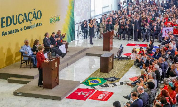 Dilma assina projeto que cria cinco novas universidades federais