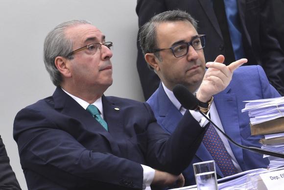 Cunha diz que gastos no exterior foram pagos com cartão de crédito da esposa