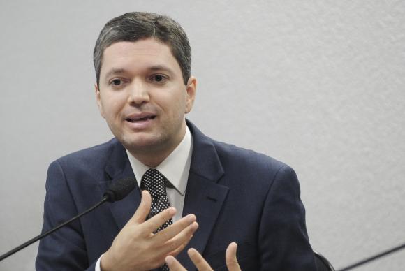 Após protestos, ministro da Transparência pede demissão do cargo