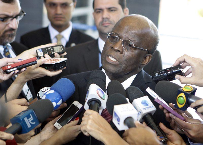 """Joaquim Barbosa chama impeachment de """"espetáculo"""" e critica Temer"""