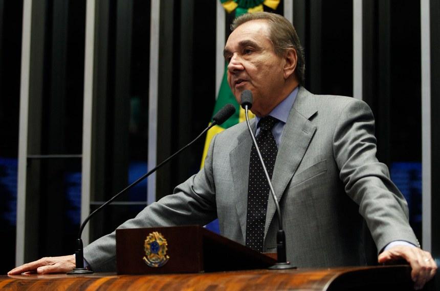 """Dilma precisou arrumar a """"cena do crime"""" após pedaladas, afirma Agripino"""