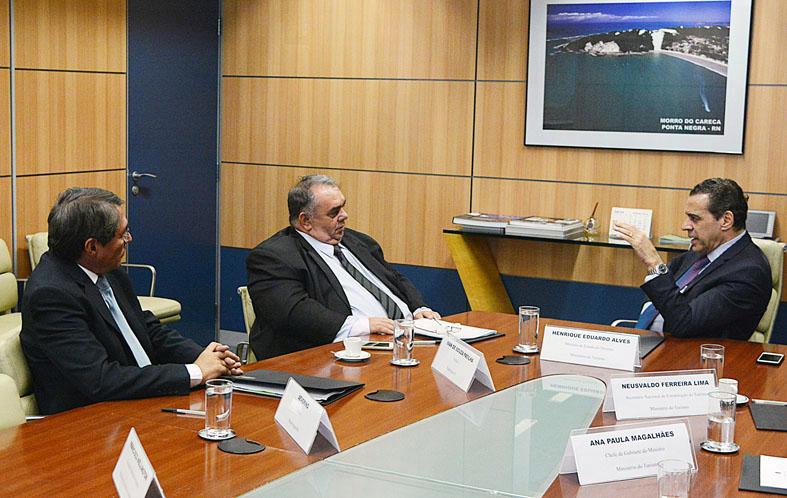 Henrique Alves recebe prefeitos potiguares em Brasília