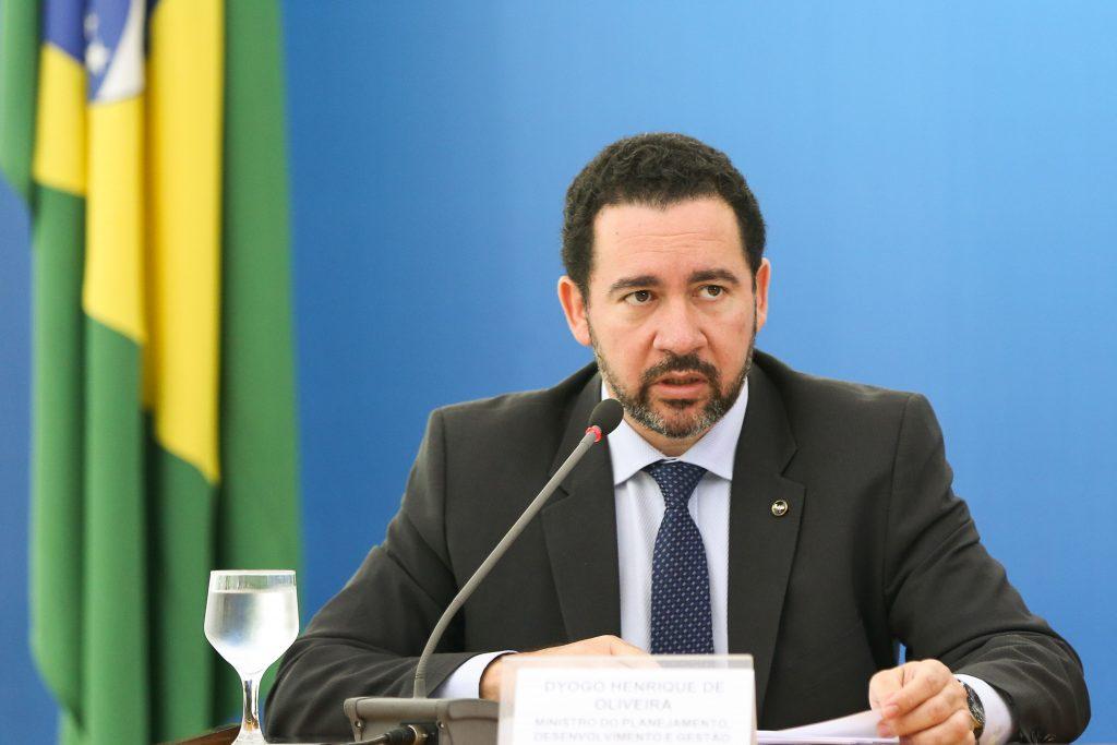 Ministro diz que novos concursos não serão autorizados até 2017