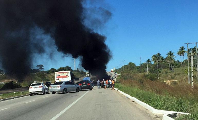 Bandidos ateiam fogo em micro-ônibus na entrada de Macaíba