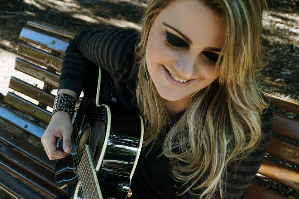 "Pop rock de Rebekka Martins embala ""Entre Acordes"" desta quarta-feira (13)"