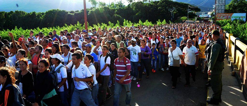 Venezuelanos cruzam fronteira em busca de comida