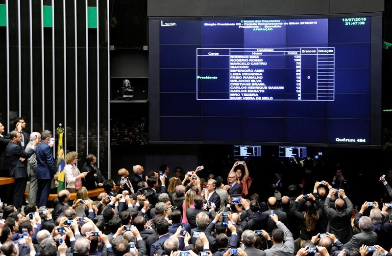 Rodrigo Maia e Rogério Rosso disputam 2º turno para presidência da Câmara