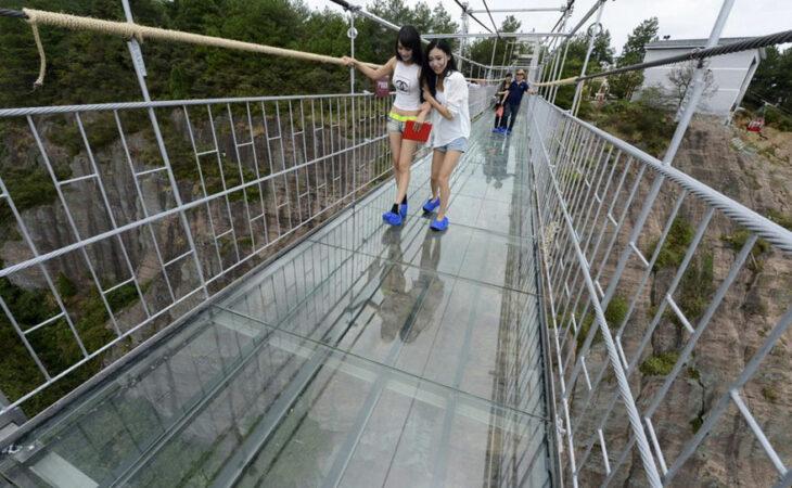 China inaugura maior e mais longa 'ponte de vidro' do mundo