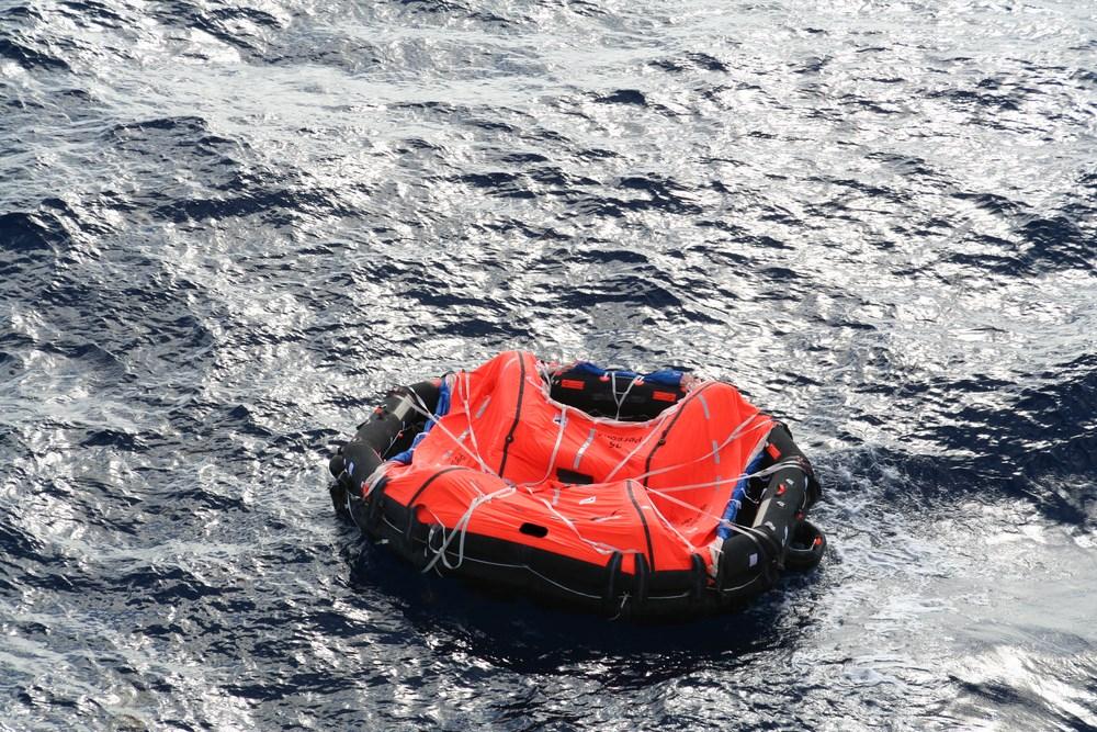Chinesa sobrevive quase 40 horas no mar após cair de navio