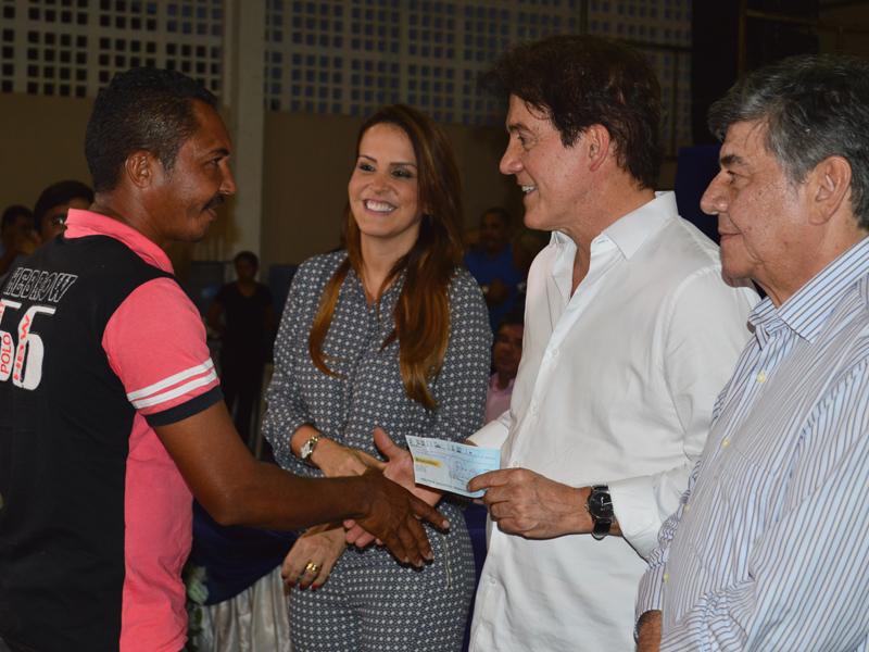 Governo entrega 300 cheques em São José de Mipibu