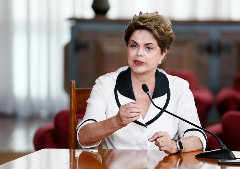 Dilma critica imprensa nacional e alfineta Janaina Paschoal