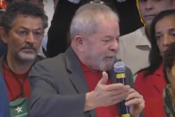 """Triste, Lula diz que tem """"bons advogados"""" e que crê na Justiça"""