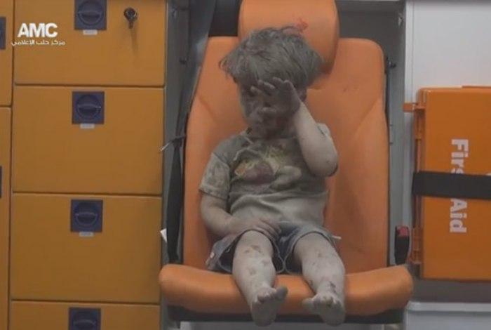 Criança pede ajuda a Obama para resgatar menino sírio Omran