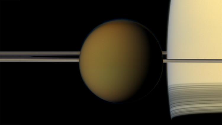 Astrônomos descobrem nuvem 'impossível' em Titã que contradiz as leis da física