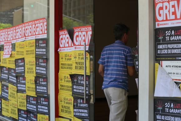 Em nova assembleia, bancários decidem manter greve