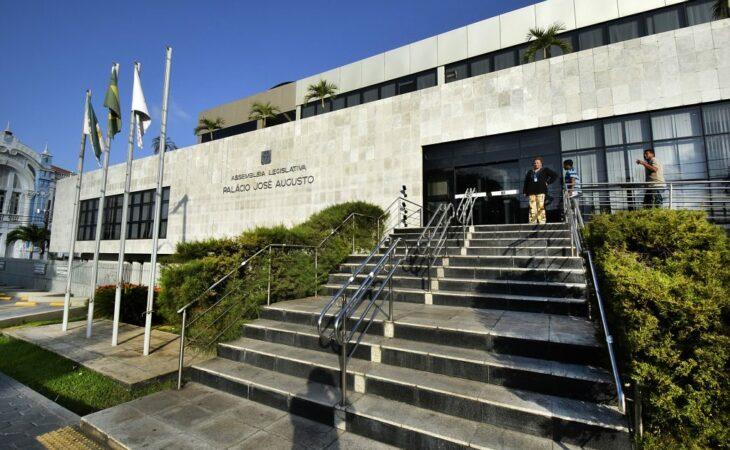 Assembleia publica lei que garante 13º e férias a deputados do RN