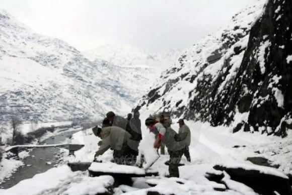 Avalanches matam mais de 100 no Afeganistão e Paquistão