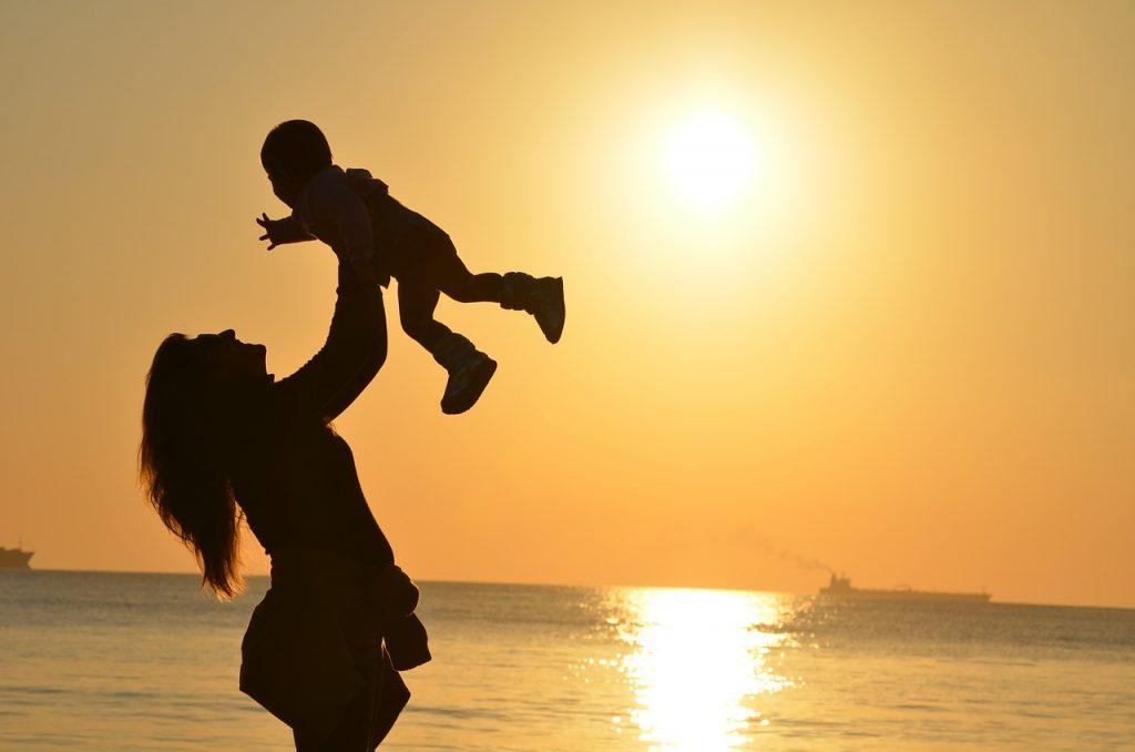 Cuidar dos filhos cansa tanto como trabalhar, aponta estudo