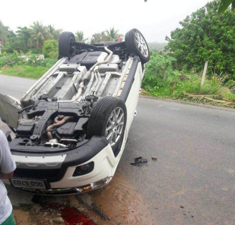 A caminho de casa, vereador Luiz Almir atinge ciclista e capota seu carro
