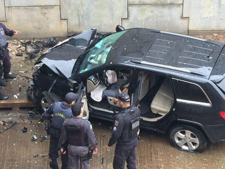 Veículo derruba mureta no prolongamento da Prudente de Morais e cai em túnel