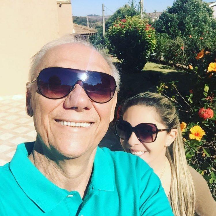 Confiante e feliz, Marcelo Rezende posa para foto ao lado da namorada