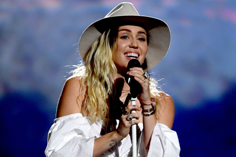 """Miley Cyrus revela data de lançamento do novo álbum """"Young Love"""""""
