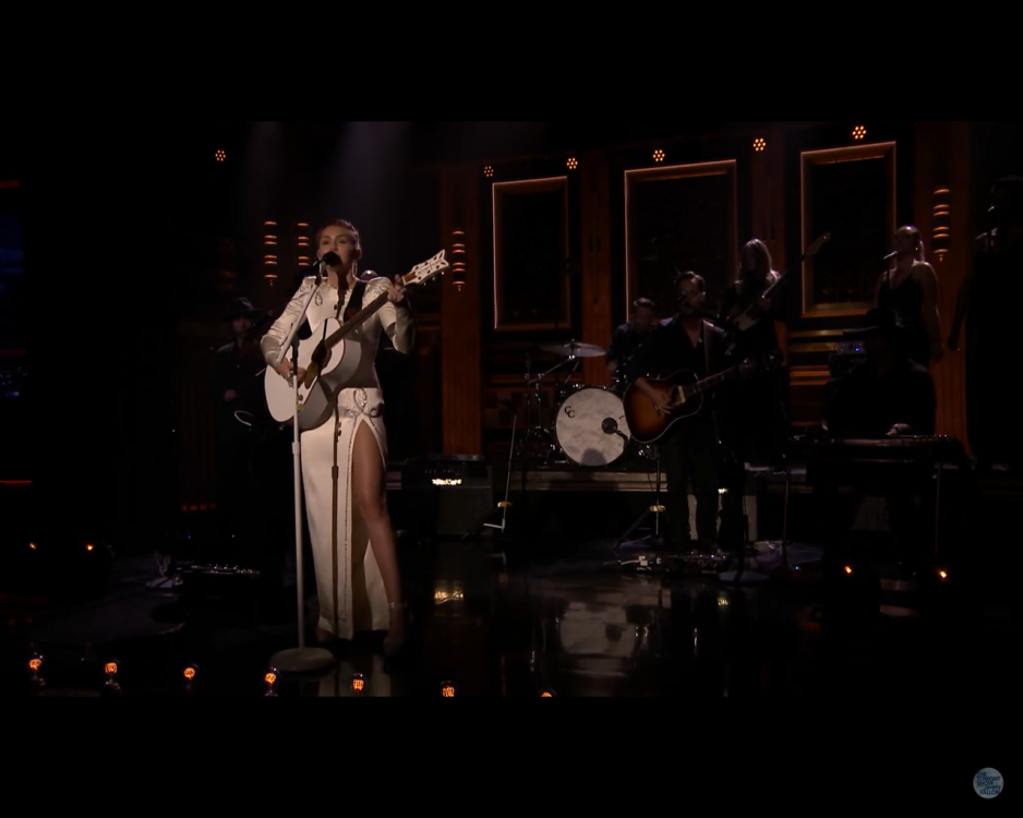 "Miley Cyrus canta ""Week Without You"" no ""The Tonight Show"""
