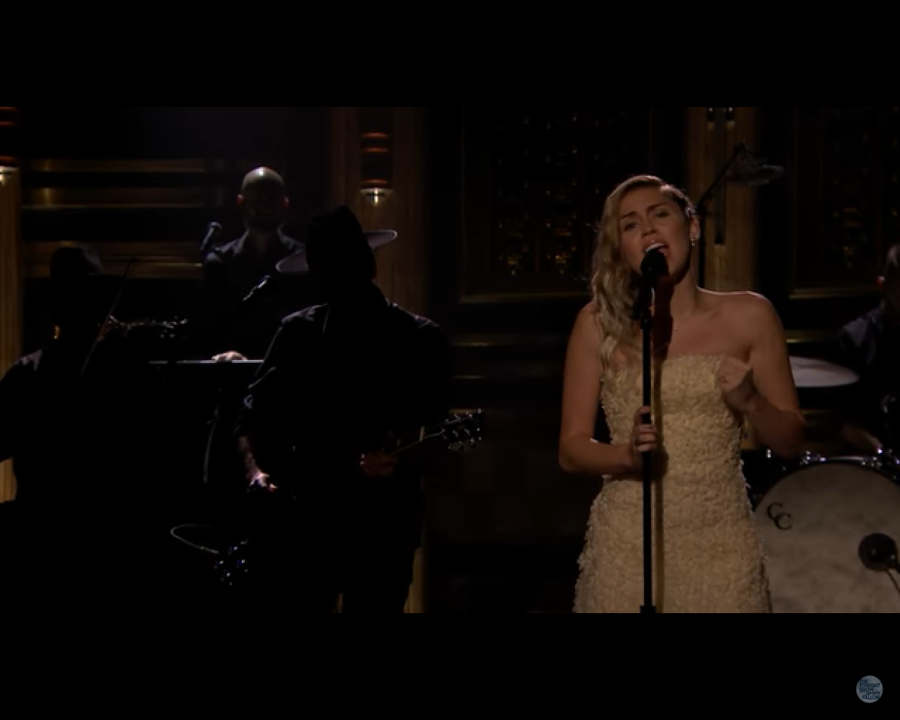"Miley Cyrus faz cover com Adam Sandler e canta ""The Climb"""
