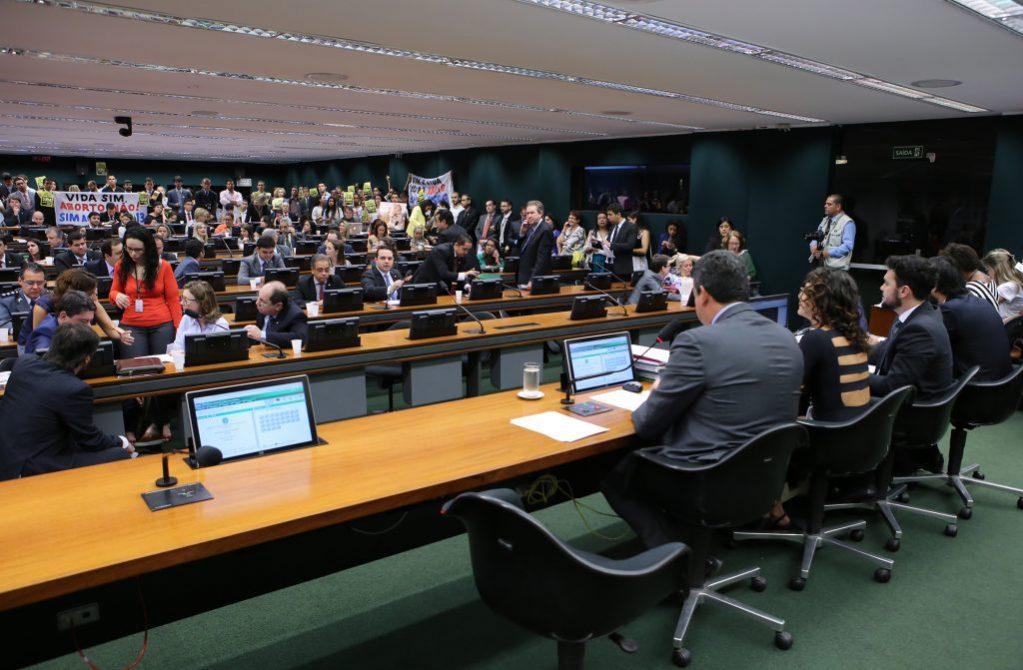 Projeto que proíbe qualquer tipo de aborto é aprovado em comissão da Câmara