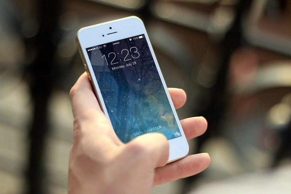 Uso excessivo do celular vem causando tendinite e problemas nos ombros