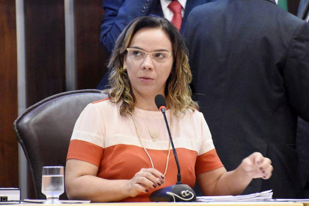 Larissa cobra regularização de cirurgias e escalas médicas em Natal e Caraúbas