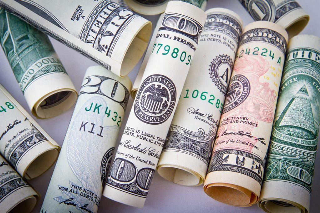 Dólar tem novo pico de alta e fecha acima dos R$ 3,50
