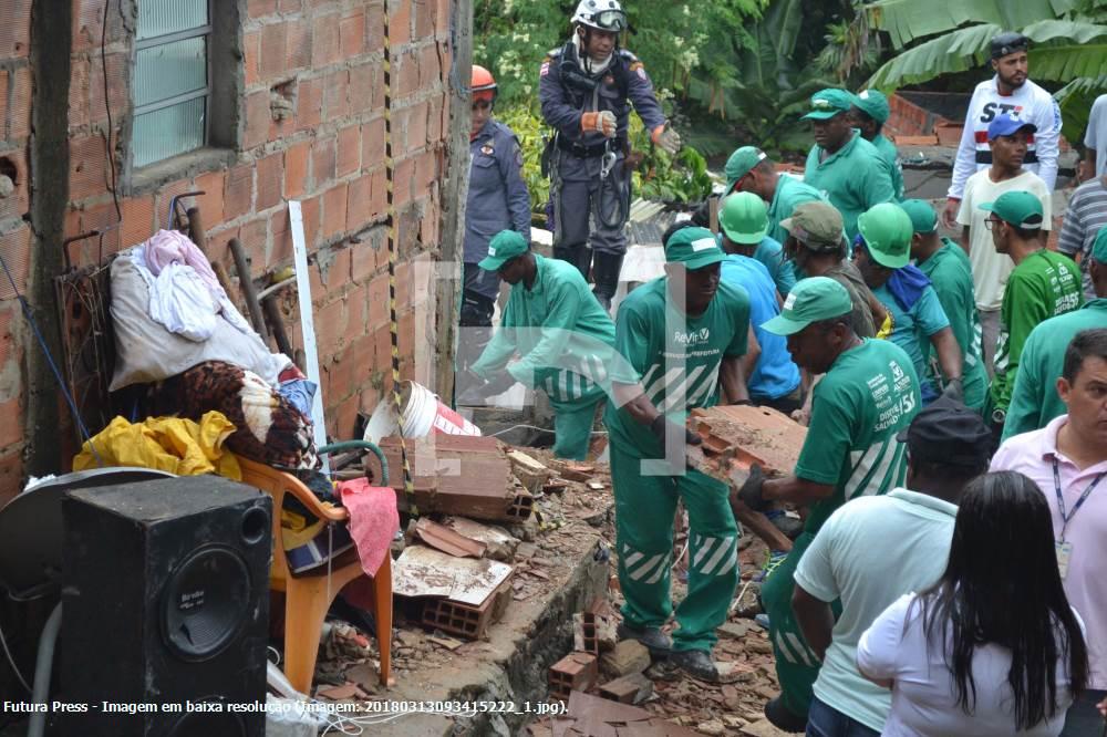 Desabamento de prédio em Salvador mata criança de 10 anos