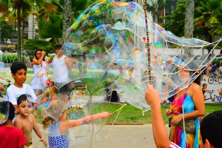 Bolhas de sabão gigantes animam o domingo no Parque da Cidade