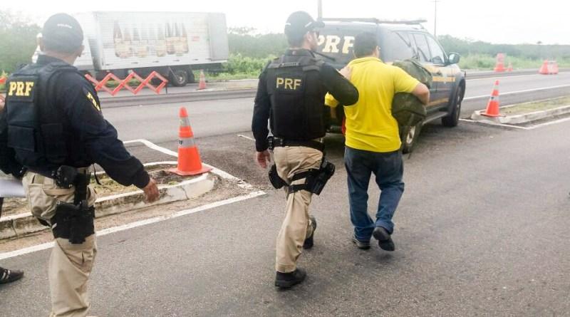 Motorista é preso após fazer alerta de fiscalização policial