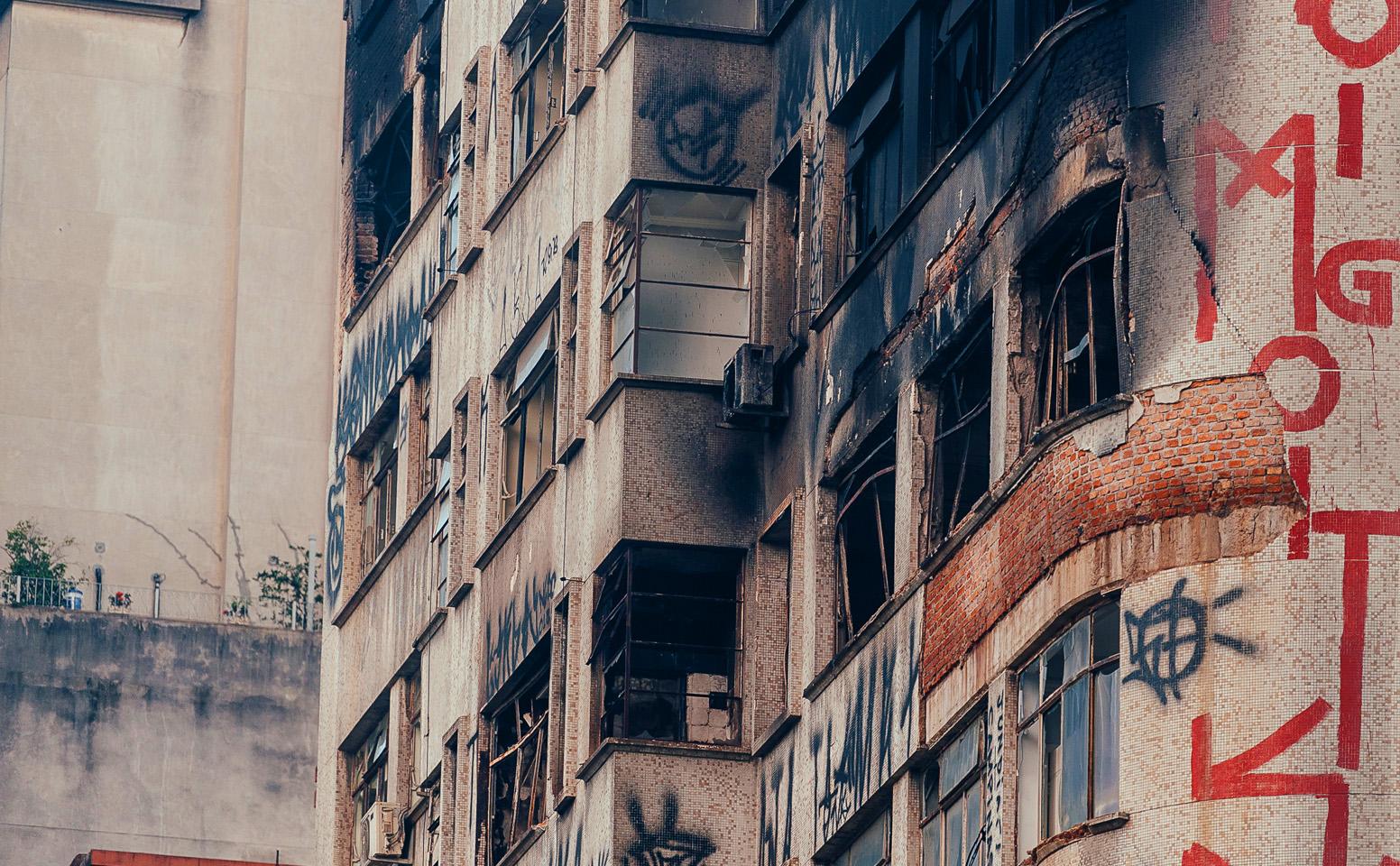 Bombeiros encontram corpo nos escombros de prédio em SP
