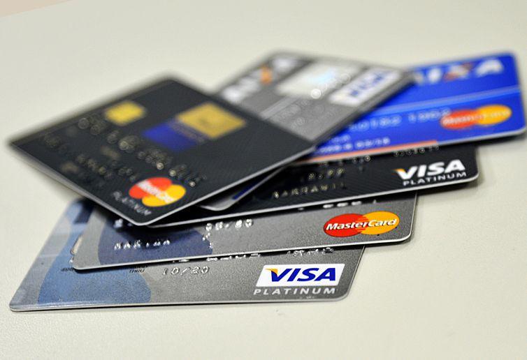 Juros do cartão de crédito chegam a 274% ao ano