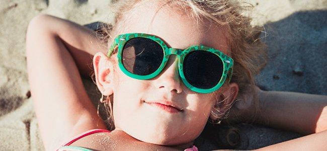criança usando óculos de sol