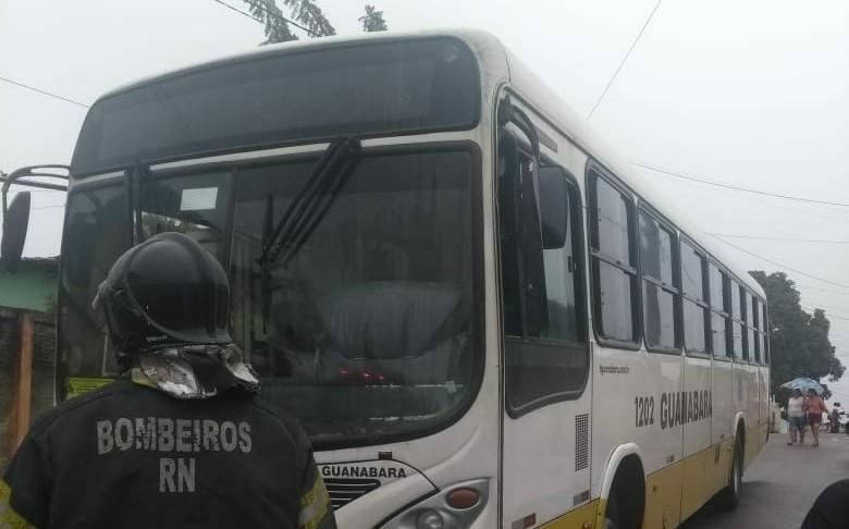 Bandidos ateiam fogo em mais um ônibus na Grande Natal